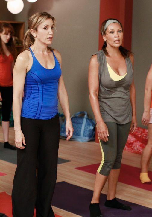 Während Lynette (Felicity Huffman, l.) und Renee (Vanessa Williams, r.) an einem Yoga-Kurs teilnehmen, da sie glauben, dass Tom eine Freundin hat, d... - Bildquelle: ABC Studios