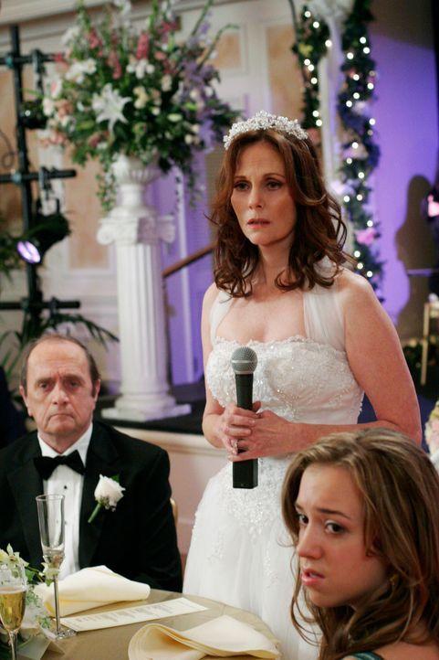 Auf der Hochzeitsfeier von Sophie (Lesley Ann Warren, M.) und Morty (Bob Newhart, l.) erfährt Susan, wer ihr wirklicher Vater ist und will ihn unbed... - Bildquelle: 2005 Touchstone Television  All Rights Reserved