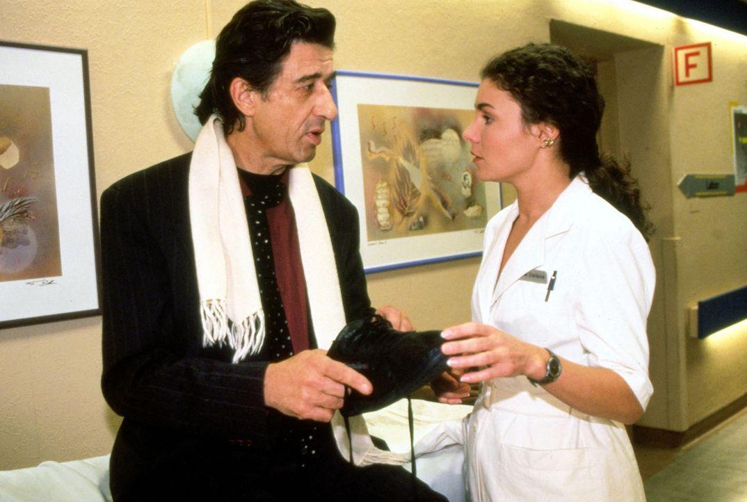 Der Patient Alfred Dürr (Rolf Zacher, l.) erzählt Stefanie (Kathrin Waligura, r.) von seinen großen Tagen als Schauspieler. Und ab und an stellt... - Bildquelle: Noreen Flynn Sat.1