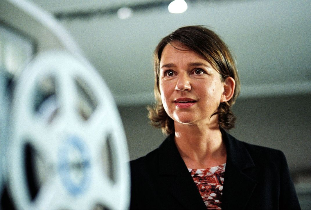 Dr. Krüger (Lena Stolze) hört die Tonbänder ab. - Bildquelle: Thomas Kost Sat.1
