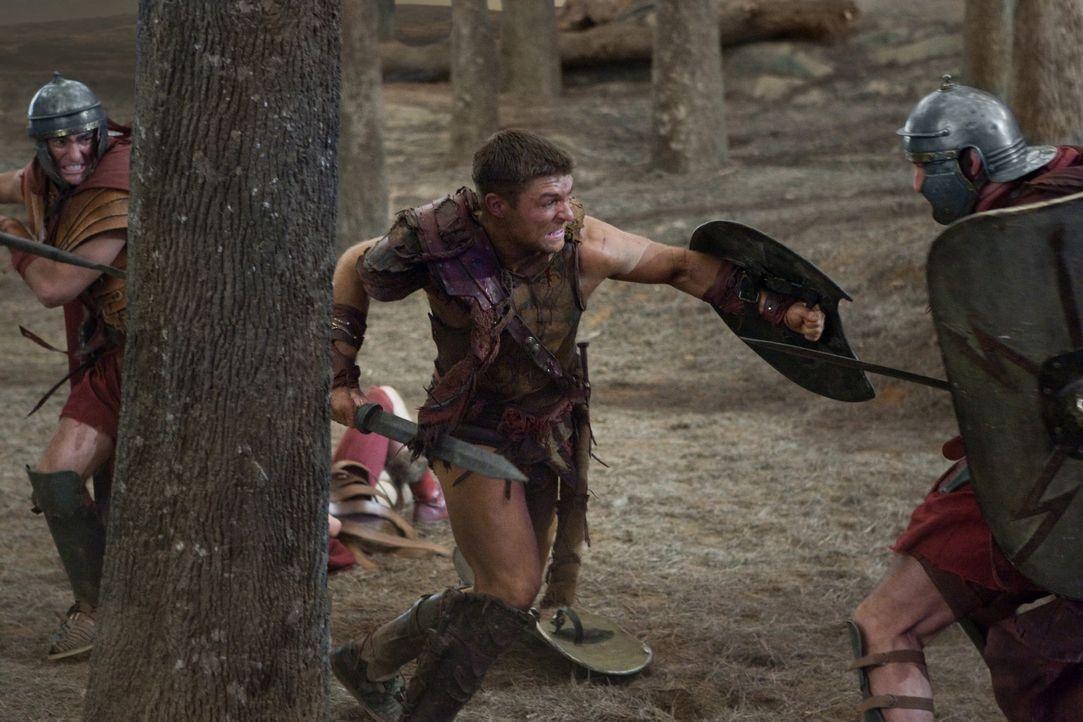 Zunächst können Spartacus (Liam McIntyre, M.) und seine Truppe die Römer in Schach halten, doch dann überwältigt sie deren Übermacht. Glückli... - Bildquelle: 2011 Starz Entertainment, LLC. All rights reserved.