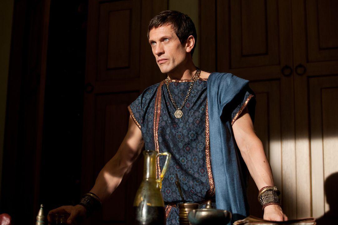 Zum Leidwesen seiner Frau hat Marcus Crassus (Simon Merrells) sein Herz an die Sklavin Kore verloren. Als der ehrgeizige Römer in die Schlacht gegen... - Bildquelle: 2012 Starz Entertainment, LLC.  All Rights Reserved
