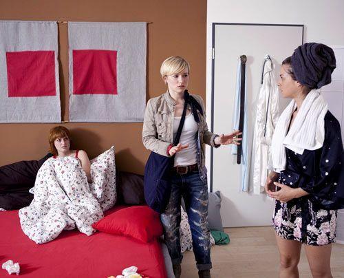 Als Emma Sophie in Jennys Bett vorfindet, will sie wissen, was zwischen den beiden läuft. Ist Jenny nun scharf auf Sophie? - Bildquelle: David Saretzki - Sat1