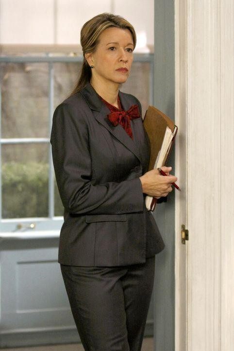 Jenny bekommt Probleme mit Direktorin Queller (Linda Emond) ... - Bildquelle: Warner Brothers