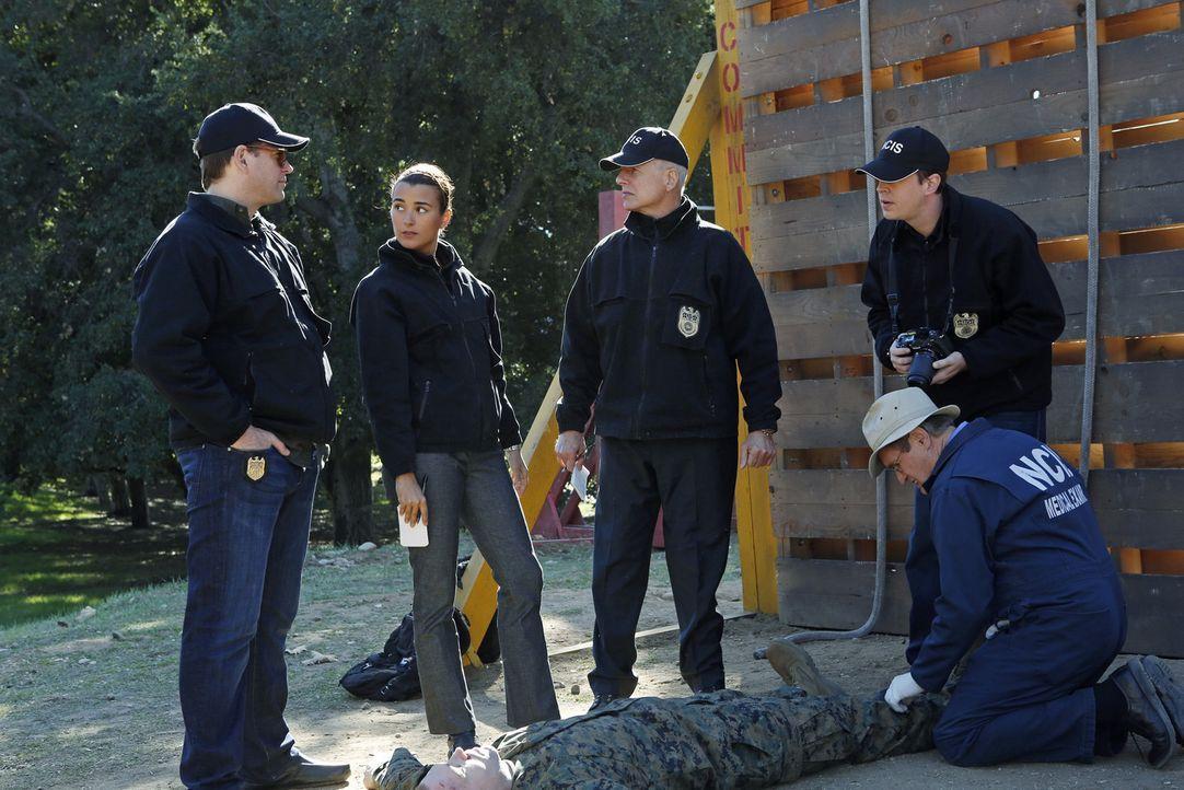 Als Lance Corporal Crowe tot aufgefunden wird, beginnen DiNozzo (Michael Weatherly, l.), Ziva (Cote de Pablo, 2.v.l.), Gibbs (Mark Harmon, M.), Duck... - Bildquelle: CBS Television