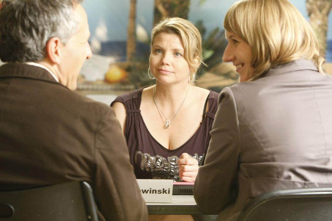Matthias (Folker Banik, l.) und Anja Kehler (Maren Schlüter, r.) möchten sich einvernehmlich scheiden lassen. Danni (Annette Frier, M.) soll eine... - Bildquelle: SAT.1