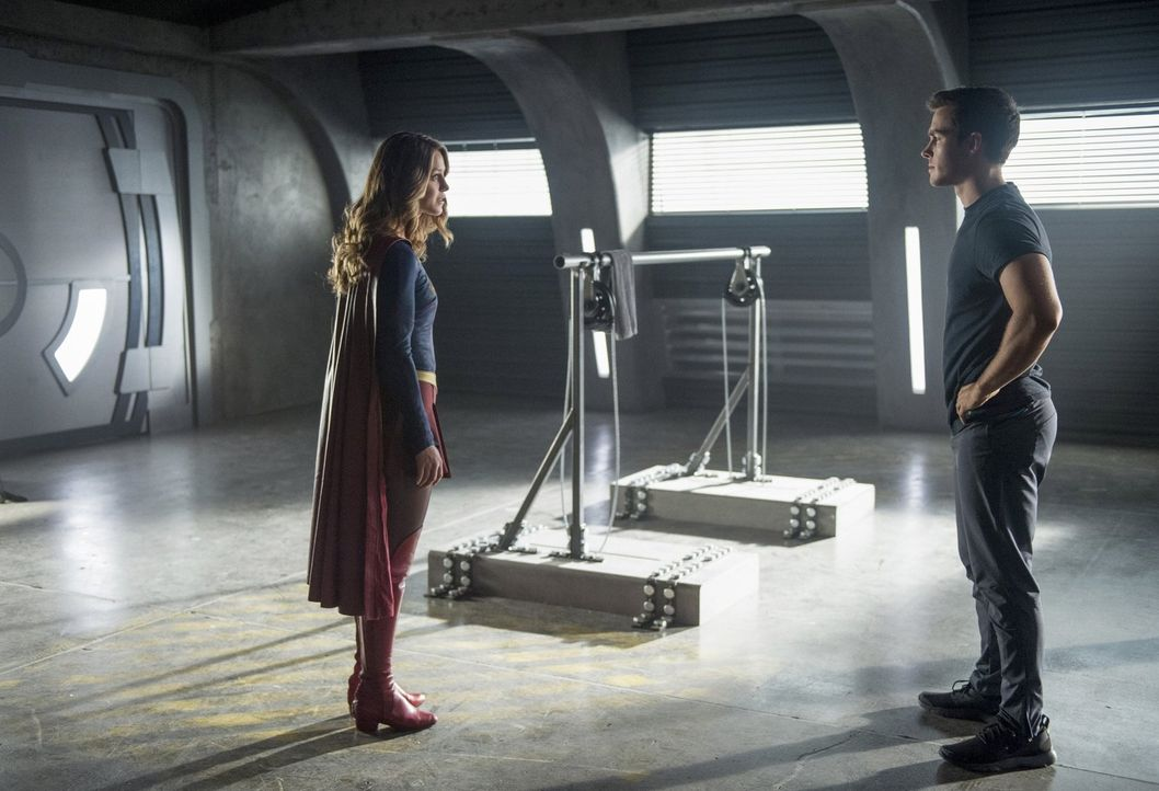 Während Supergirl (Melissa Benoist, l.) versucht, die Alien-Kämpfe zu stoppen, nimmt sie Mon-El (Chris Wood, r.) unter ihre Fittiche und fängt an, i... - Bildquelle: 2016 Warner Bros. Entertainment, Inc.
