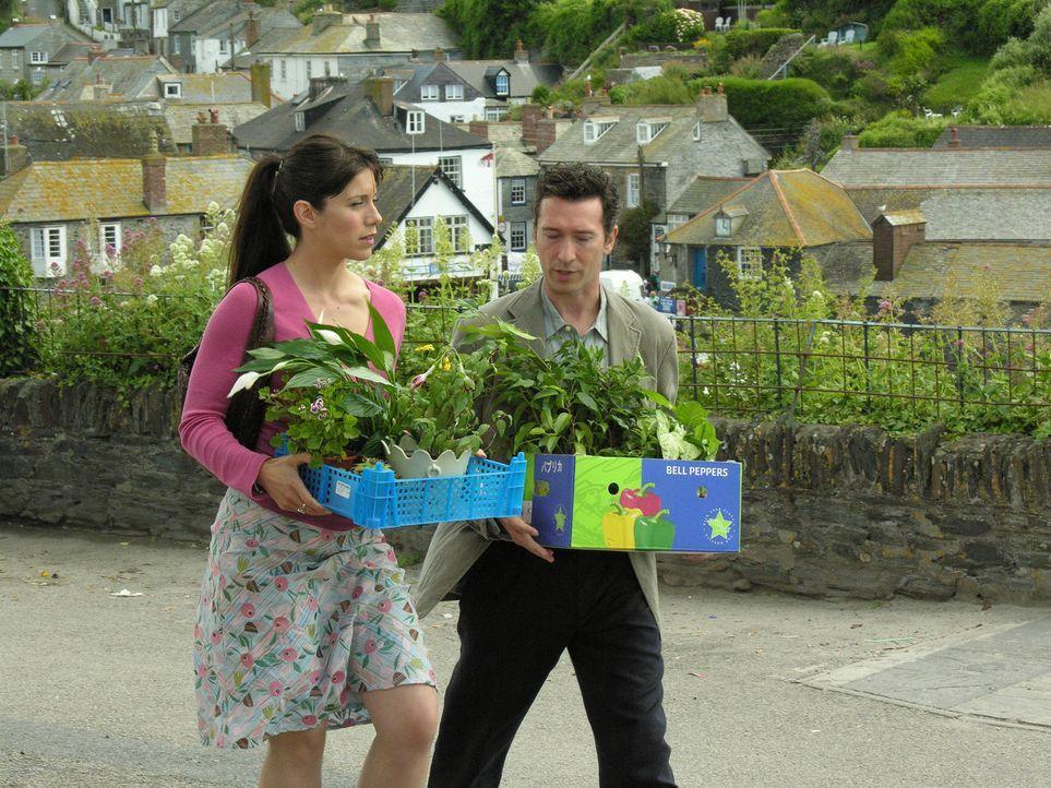 Kann Danny (Tristan Sturrock, r.) Louisas (Caroline Catz, l.) Unmut mit ein paar Blümchen beschwichtigen? - Bildquelle: BUFFALO PICTURES/ITV