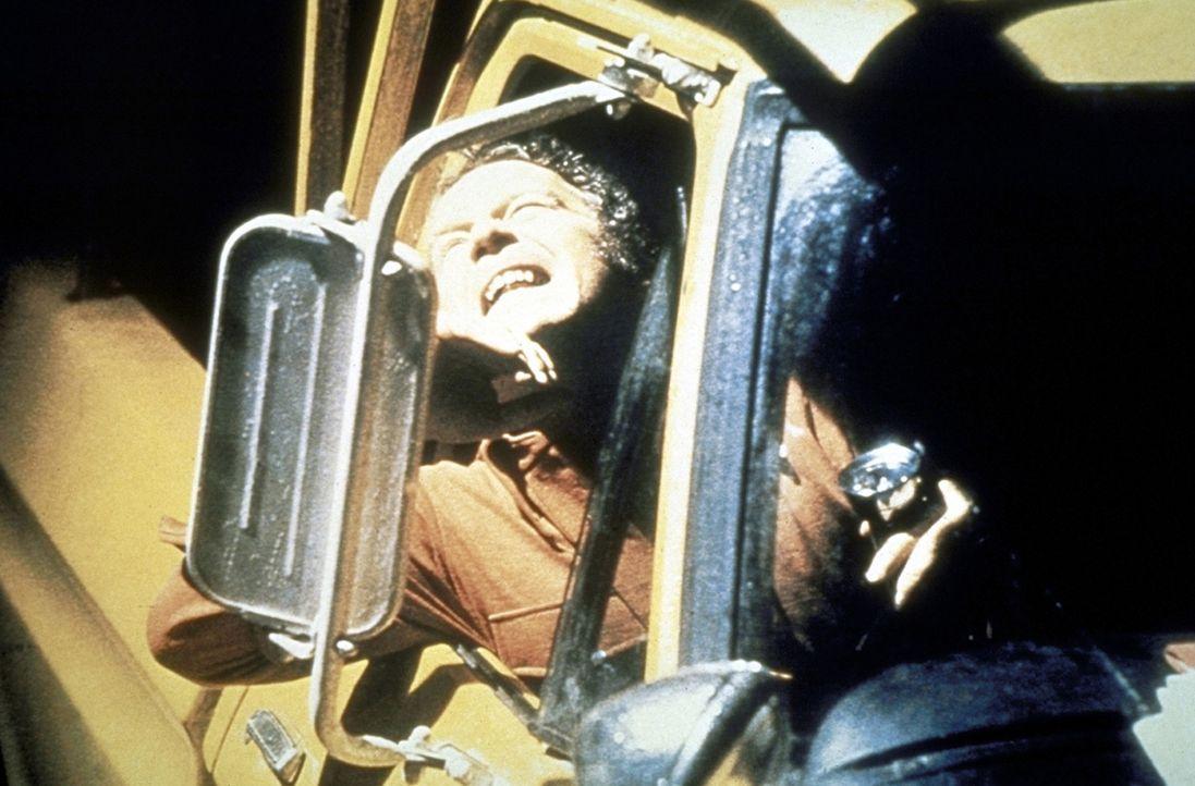 Roy Neary (Richard Dreyfuss) wird von einem Ufo geblendet ... - Bildquelle: Columbia Pictures