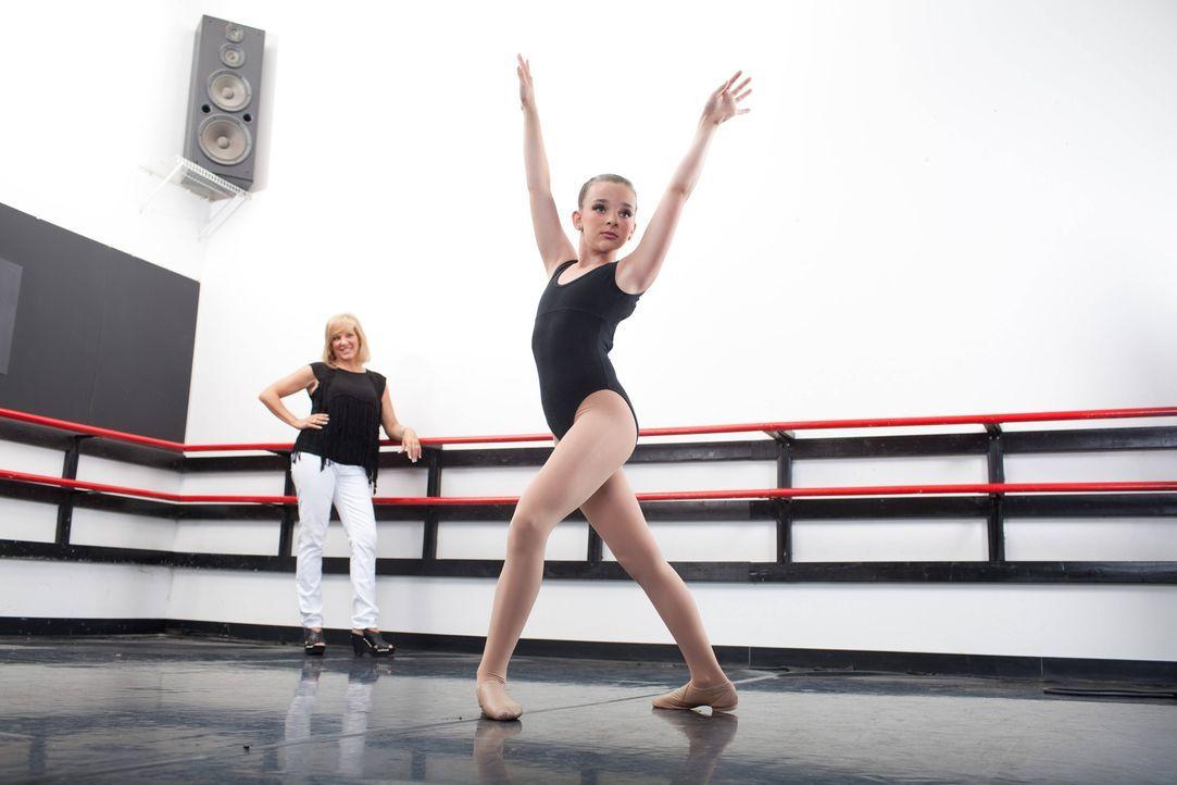 Alle sind geschockt, als Kendall (l.) und Jill (r.) wieder bei der Abby Lee Dance Company angekrochen kommen ... - Bildquelle: Scott Gries 2012 A+E Networks