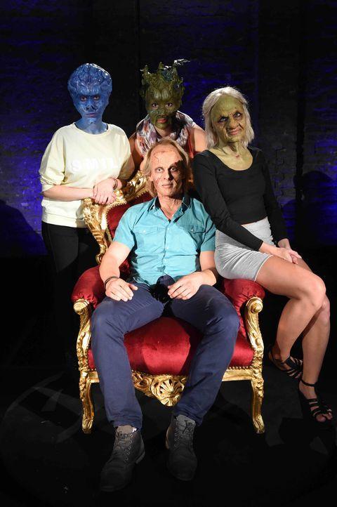 Noch bevor Tobias (vorne) die Frauen ohne Maske gesehen hat, muss er sich zwischen Sumpflady Isabel (l.), Gehirn Mirna (M.) und der alten Frau Bella... - Bildquelle: Andre Kowalski sixx