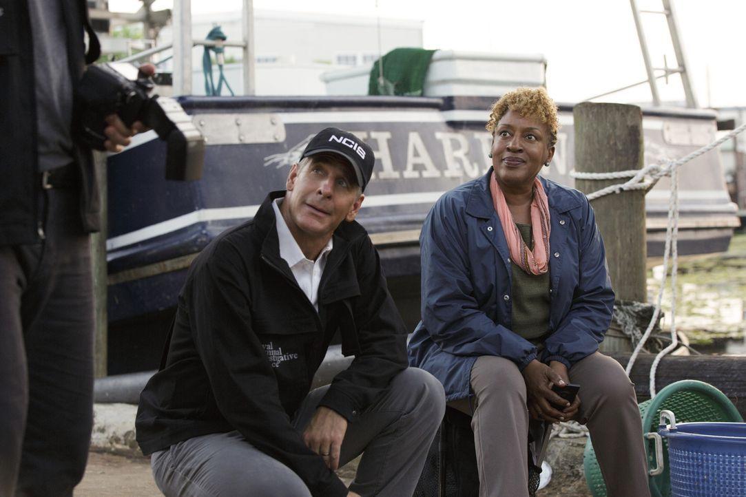 Nachdem eine Leiche gefunden wurde, machen sich Pride (Scott Bakula, l.) und Wade (CCH Pounder, r.) auf die Suche nach dem Mörder ... - Bildquelle: 2014 CBS Broadcasting Inc. All Rights Reserved.