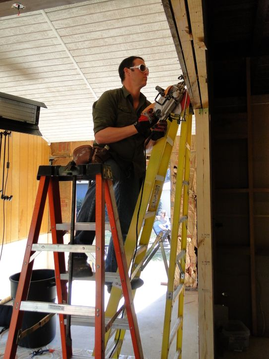 Josh (Foto) und sein Team haben neben optischen Veränderungen am Kamin und den Böden, einen Couchtisch nach Maß geplant ... - Bildquelle: 2012, DIY Network/Scripps Networks, LLC. All Rights Reserved.