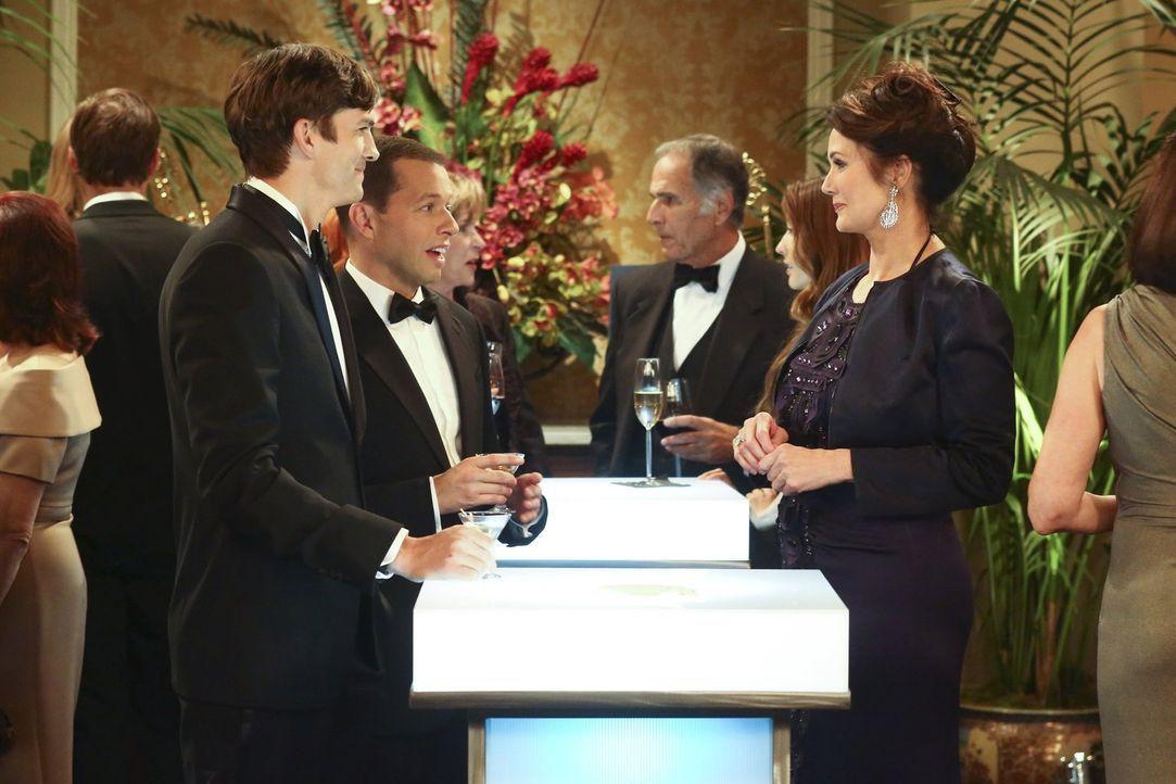 Als Alan (Jon Cryer, 2.v.l.) auf einer Wohltätigkeitsveranstaltung Lynda Carter (Lynda Carter, r.), den Schwarm seiner Jugend erblickt, ist er Feuer... - Bildquelle: Warner Bros. Television