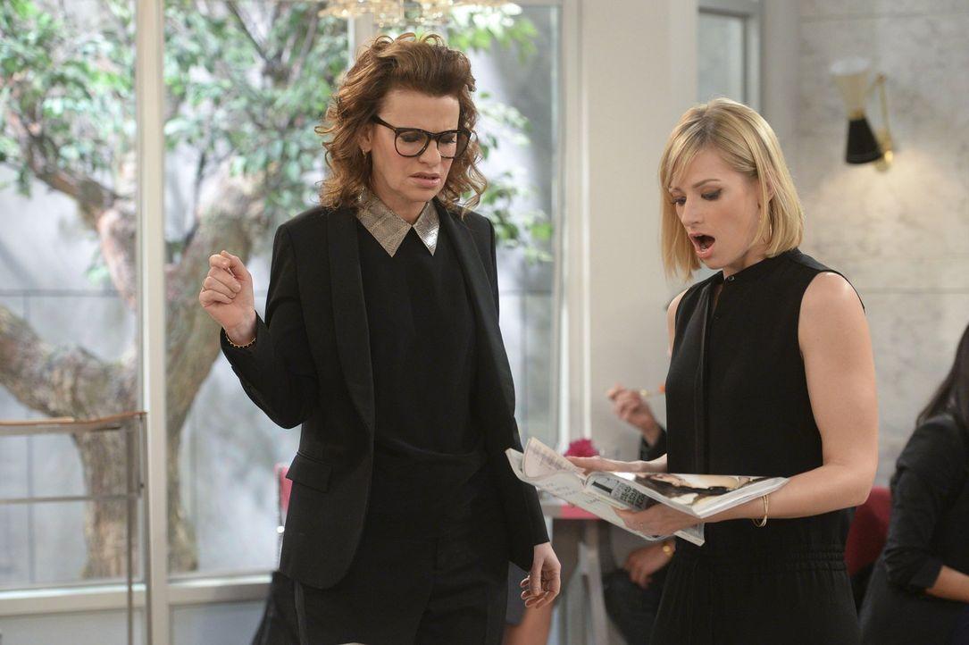 Joedth (Sandra Bernhard, l.) und Caroline (Beth Behrs, r.) machen eine erschreckende Entdeckung ... - Bildquelle: Warner Bros. Television