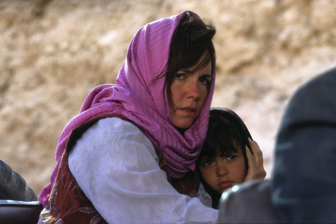 Die Lage für Betty Mahmoody (Sally Field, l.) ist hoffnungslos: Als Frau besitzt sie im Iran keinerlei Rechte. So gibt es keine Aussicht auf eine R... - Bildquelle: 1991 METRO-GOLDWYN-MAYER STUDIOS INC. All Rights Reserved.