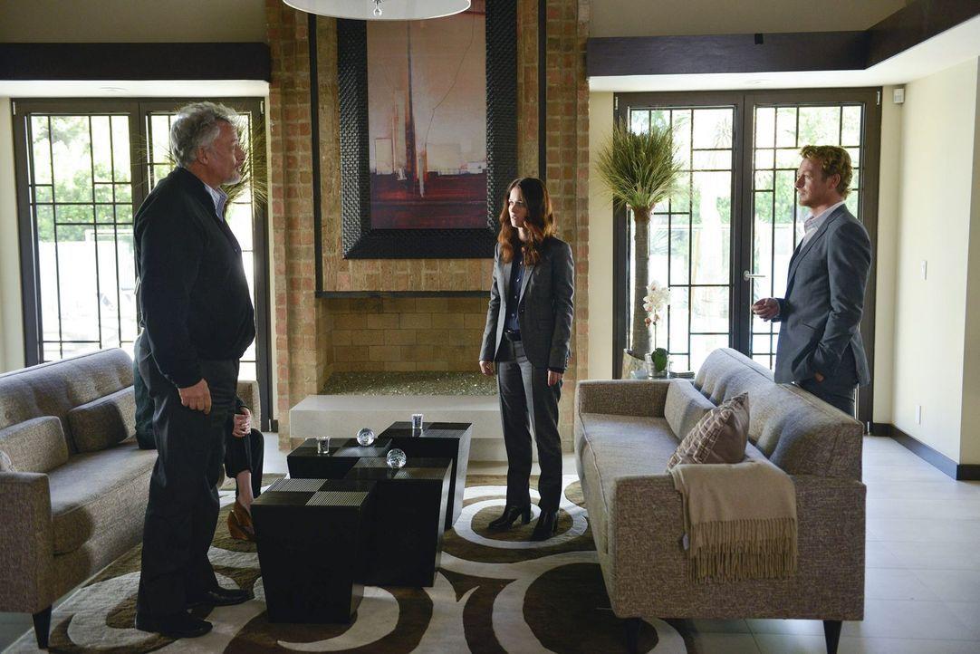 Jane (Simon Baker, r.) und Lisbon (Robin Tunney, M.) sagen dem Psychiater Edward Feinberg (John de Lancie, l.) auf den Kopf zu, dass sie ihn für den... - Bildquelle: Warner Bros. Television
