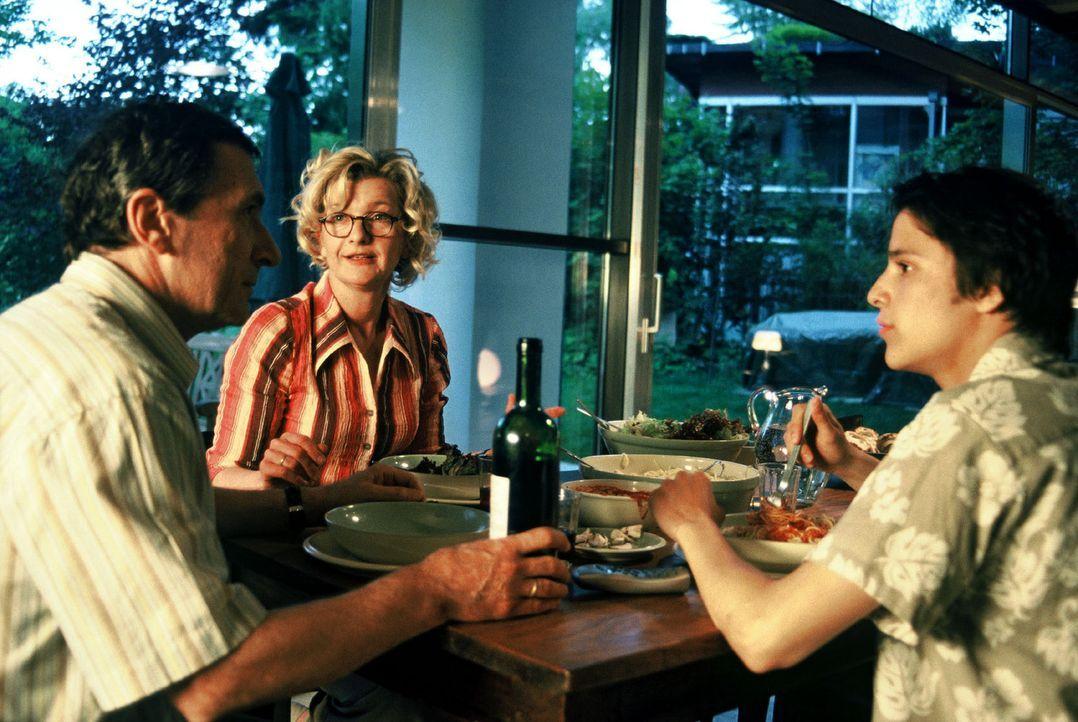 Die Eltern Jutta (Saskia Vester, M.) und Clemens (Rudolf Kowalski, l.) wissen, wer Cornelia ist, und haben Angst, ihren Sohn Alexander (Kostja Ullma... - Bildquelle: Sat.1