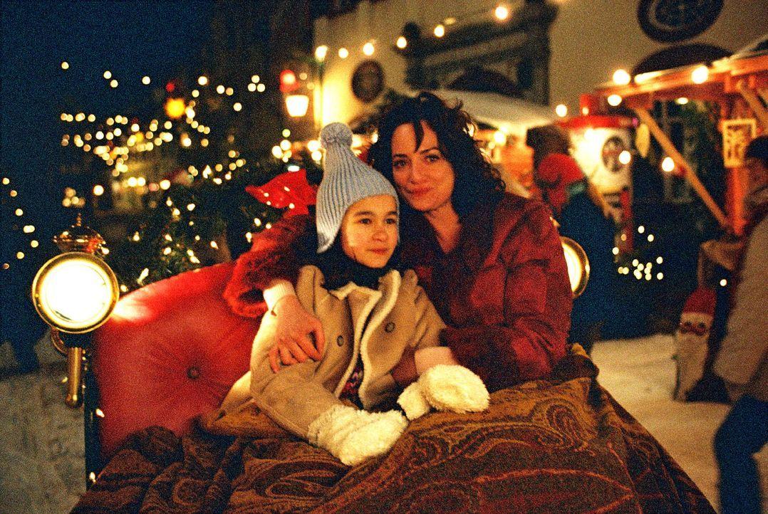 Lena (Cara Wiedtke, l.) und Marie (Natalia Wörner, r.) genießen gemeinsam die Schlittenfahrt über den Weihnachtsmarkt der beschaulichen Stadt Schönb... - Bildquelle: Gordon Mühle Sat.1