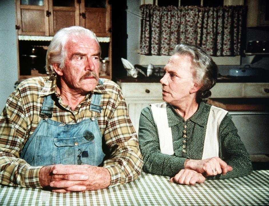 Großvater Sam (Will Geer, l.) und Großmutter Ester (Ellen Corby, r.) sind über den Besuch von Corabeth Walton nicht gerade erfreut ... - Bildquelle: WARNER BROS. INTERNATIONAL TELEVISION