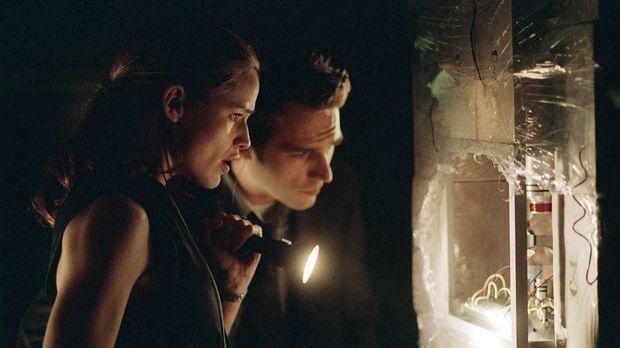 Zusammen mit Vaughn (Michael Vartan, r.) entdeckt Sydney (Jennifer Garner, l....