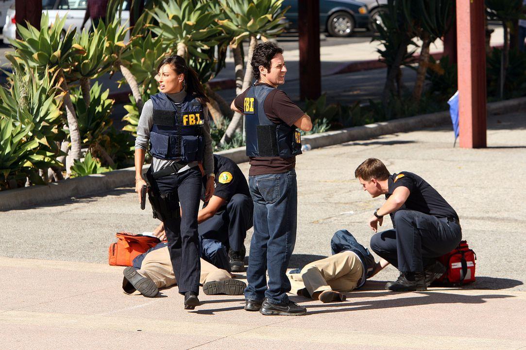 Haben einen neuen Fall gelöst: Liz (Aya Sumika, vorne l.), Don (Rob Morrow, vorne r.) und das restliche Team ... - Bildquelle: Paramount Network Television