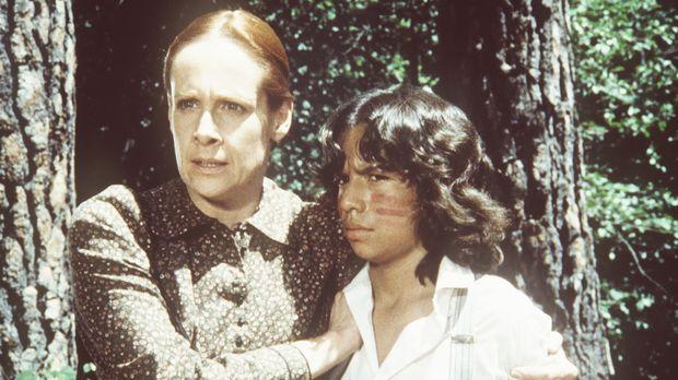 Amelia Stokes (Ivy Jones, l.) verteidigt ihren Sohn Joseph (Caesar Ramirez, r...