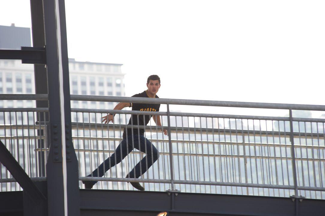 Nathan (Taylor Lautner) versteht die Welt nicht mehr. Bis gestern war er ein ganz normaler Teenager, aber heute wollen ihm völlig unbekannte Mensch... - Bildquelle: 2011, Vertigo Entertainment, Gotham Group, Tailor Made, Quick Six Entertainment, Lionsgate Films Inc.