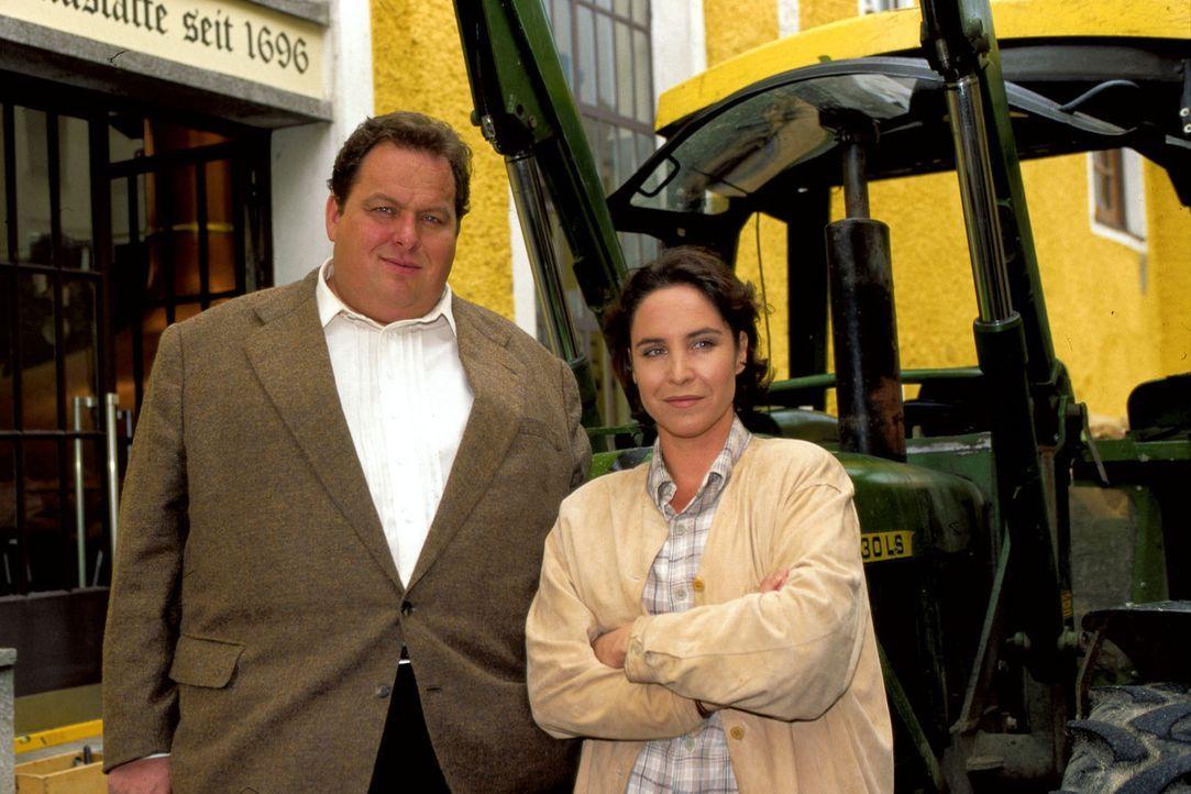 """Sabrina Lorenz (Katerina Jacob, r.) und Benno Berghammer (Ottfried Fischer, l.) sehen sich im """"Tölzer Brauhaus"""" um. - Bildquelle: Magdalena Mate Sat.1"""