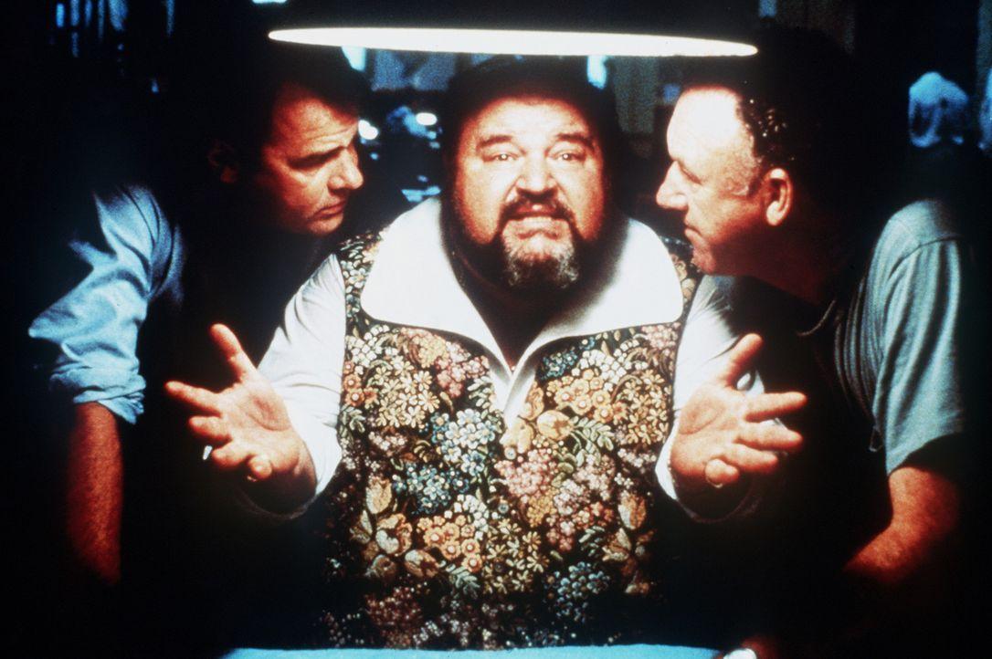 Die beiden Cops Ellis (Dan Aykroyd, l.) und Mac (Gene Hackman, r.) nehmen den zwielichtigen Gutterman (Dom De Luise, M.) in die Mangel ... - Bildquelle: TriStar Pictures
