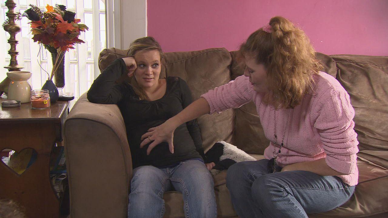 Was hält Mariahs (l.) Mutter (r.) von dem Plan ihrer Tochter, das Baby zur Adoption freizugeben? - Bildquelle: Universal Pictures