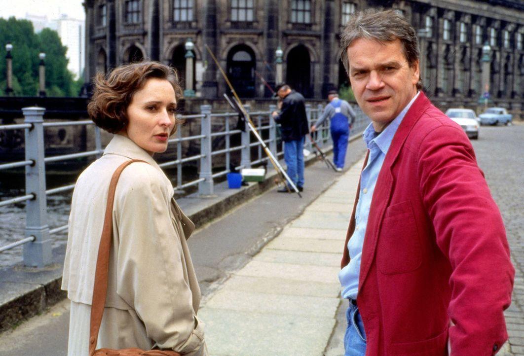 Irene Claasen (Eleonore Weisgerber, l.) versucht Kommissar Wolff (Jürgen Heinrich, r.) mit ihren Aussagen über den Mord an ihrem Mann hinzuhalten.... - Bildquelle: Alfred Raschke Sat.1