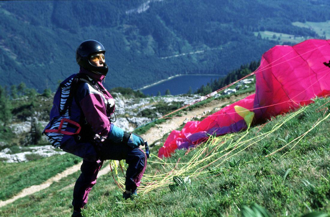 Stockinger (Karl Markovics) übt sich im Paragliding. Seine Kollegin Antonella, die Super-Sportskanone, hat damit natürlich überhaupt keine Probleme.... - Bildquelle: Hermann Huber Sat.1