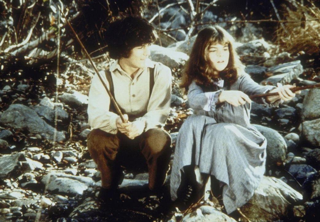 Sylvia Webb (Olivia Barash, r.) trifft sich heimlich mit ihrem Freund Albert Ingalls (Matthew Laborteaux, l.). Ihr Vater ist gegen die Beziehung. - Bildquelle: Worldvision