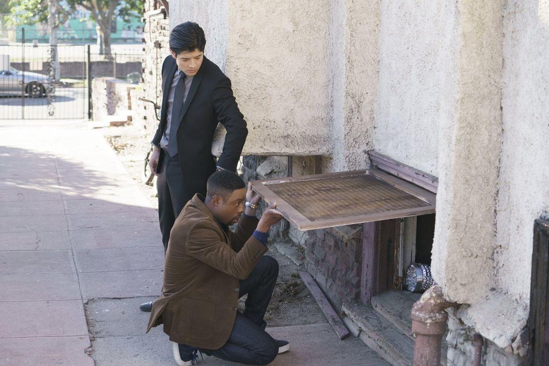 Müssen in einem neuen Fall ermitteln, als eine Undercover-Ermittlerin des Drogendezernats ermordet wurde: Carter (Justin Hires, r.) und Lee (Jon Foo... - Bildquelle: Warner Brothers