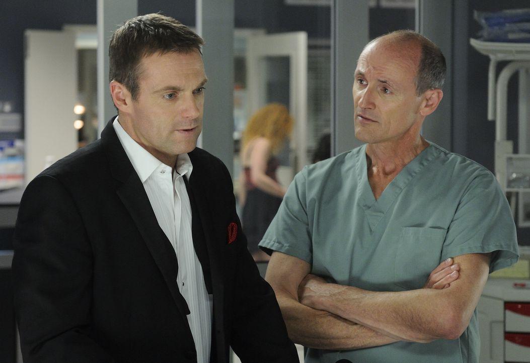 Charlie (Michael Shanks, l.) will nicht glauben, dass der Geist von Mac (Colm Feore, r.) gekommen ist, um ihn mitzunehmen ...