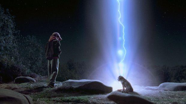 Als Hubble ausbüxt, folgt ihm Owen (Liam Aiken) heimlich und entdeckt ein ful...