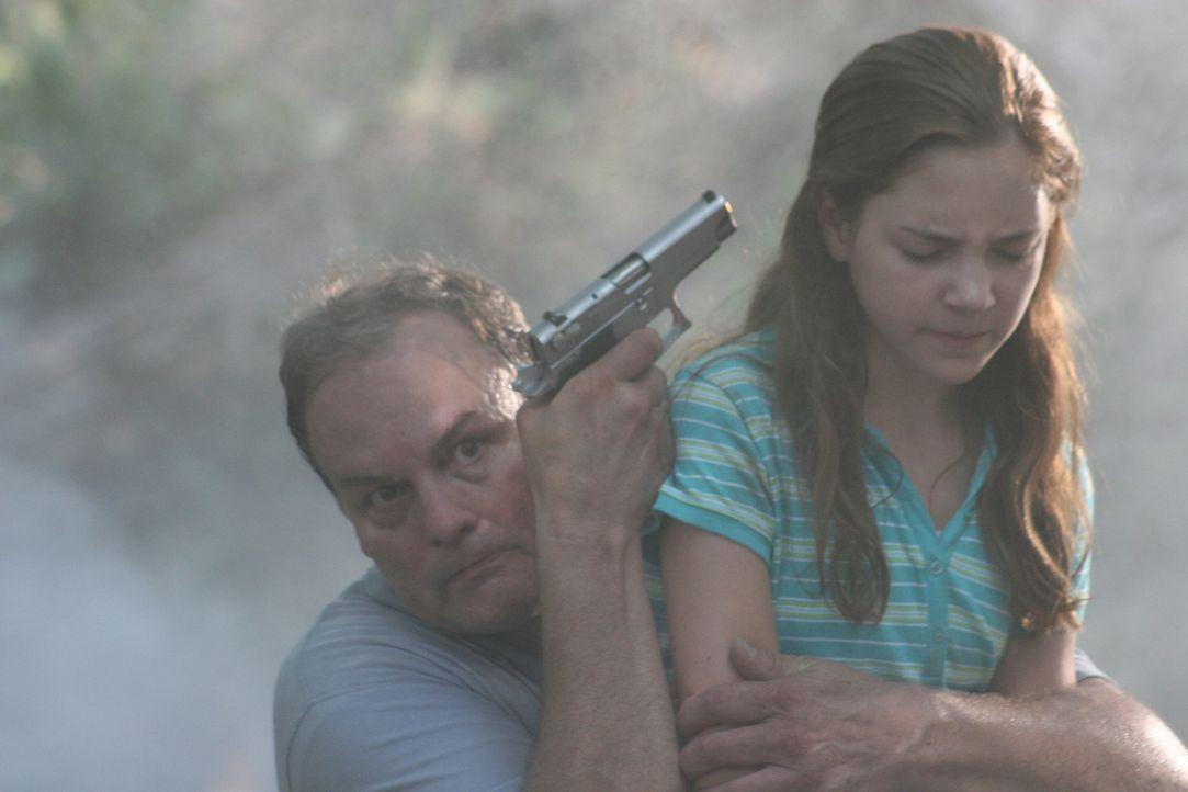Als Samantha Jensen (Haley Ramm, r.) von einem skrupellosen Drogenboss als Geisel genommen wird, kann Nick nicht tatenlos zusehen. Er tut alles, um... - Bildquelle: CPT Holdings, Inc. All Rights Reserved