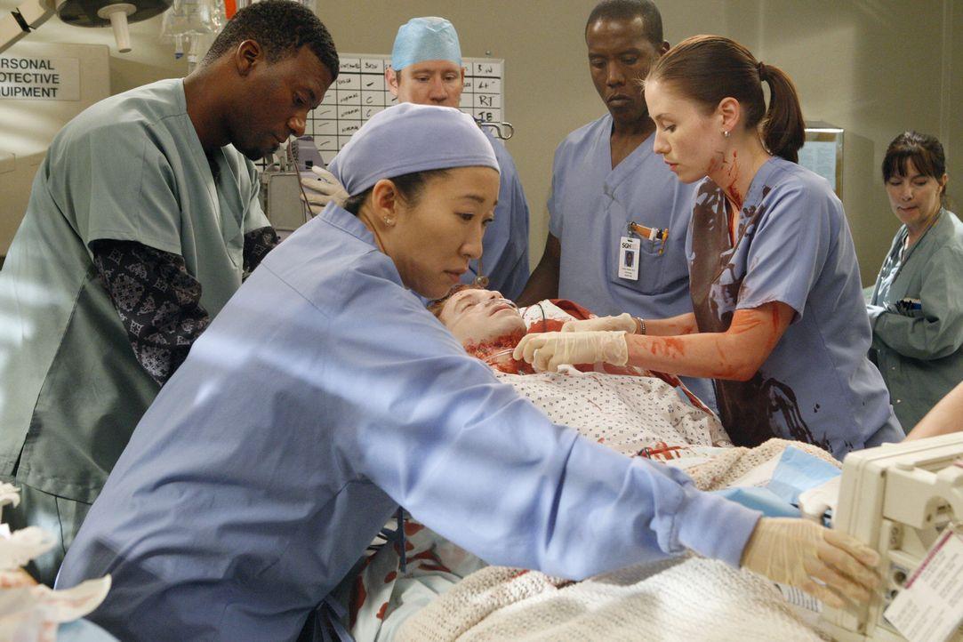 Ein Wettlauf mit der Zeit beginnt, um Nick (Seth Green, liegend) am Leben zu halten: Tyler (Moe Irvin, l.), Cristina (Sandra Oh, 2.v.l.) und Lexie (... - Bildquelle: Touchstone Television
