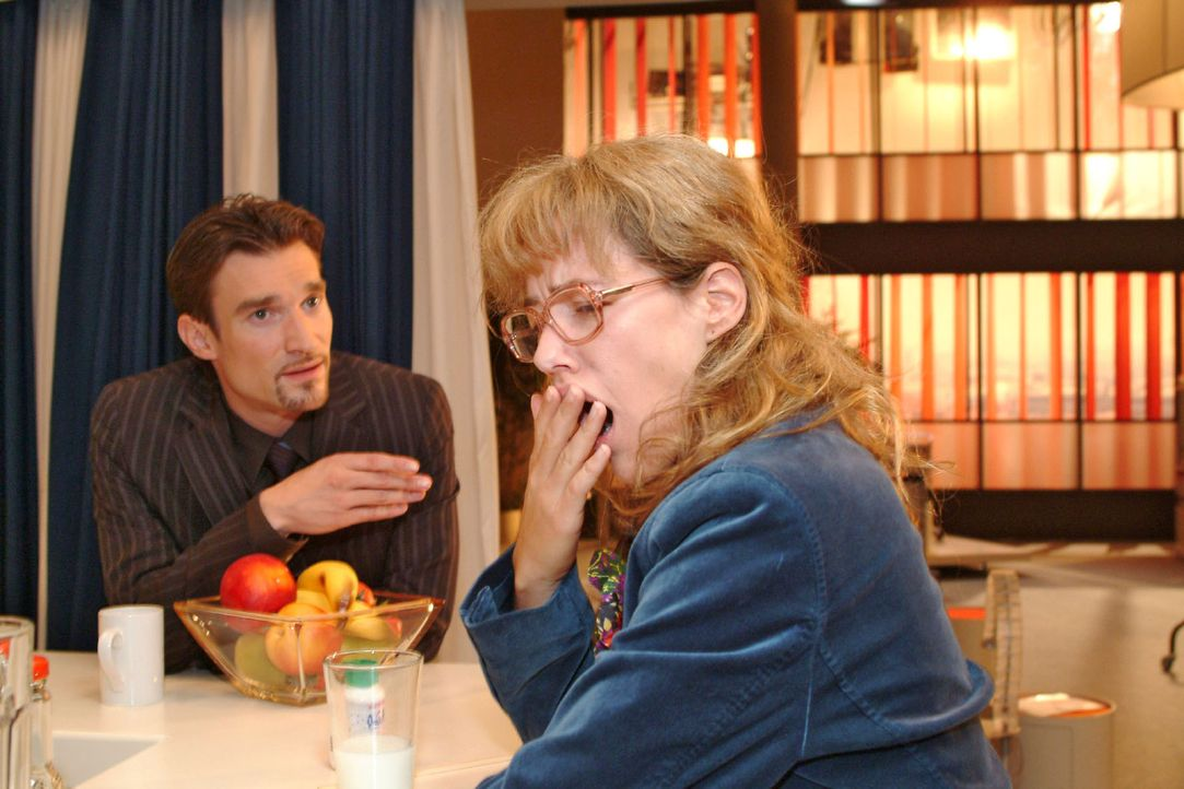 Richard (Karim Köster, l.) beobachtet, wie das Mittel, das er in das Getränk von Lisa (Alexandra Neldel, r.) gemischt hat, allmählich zu wirken begi... - Bildquelle: Monika Schürle Sat.1