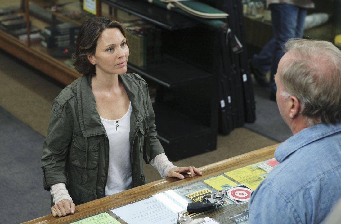 In Tampa richtet eine Frau (Kelli Williams, l.) in einem Waffenladen ein Blutbad an. Das BAU-Team wird gerufen, um sie zu stellen ... - Bildquelle: ABC Studios