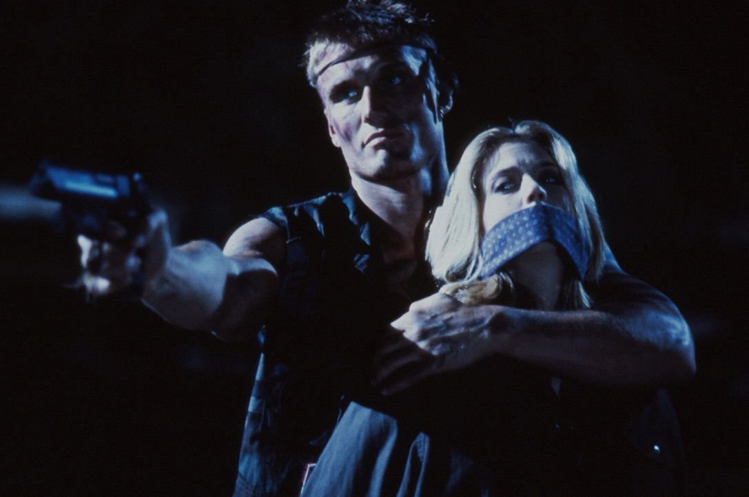 In der Hand einer eiskalten Tötungsmaschine (Dolph Lundgren, l.): Veronica (Ally Walker, r.) ... - Bildquelle: 1992 TriStar Pictures