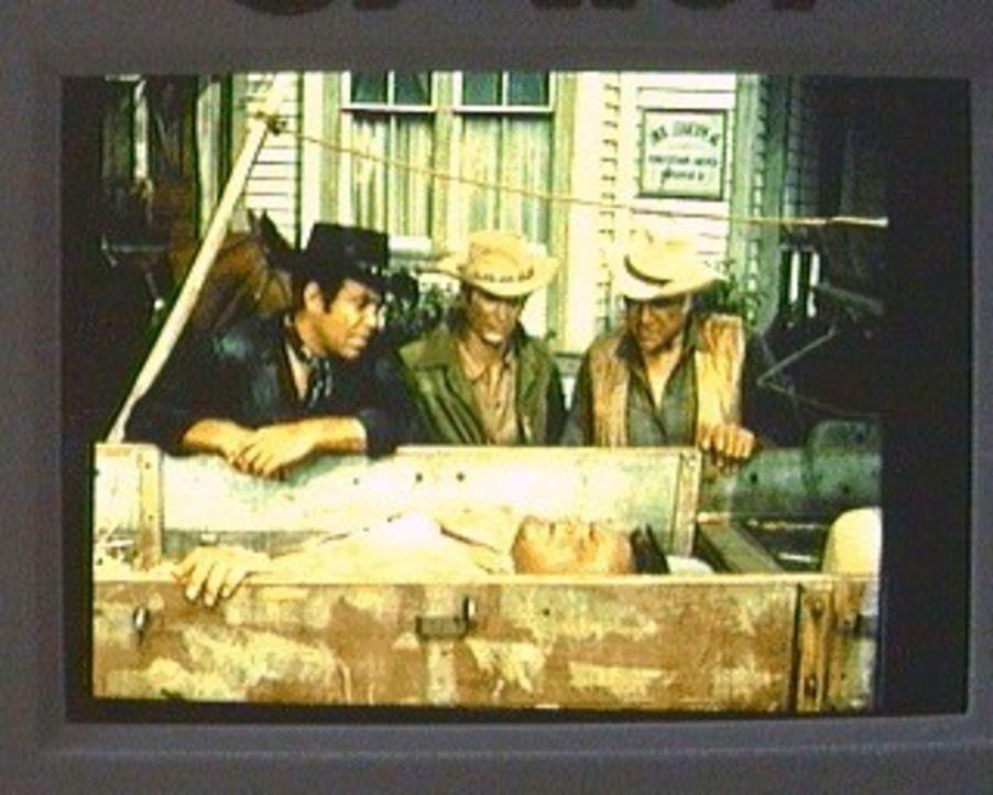 Hoss (Dan Blocker, v.) hat sich in einer fremden Stadt schwer verletzt. Adam (Pernell Roberts, r.), Little Joe (Michael Landon, M.) und Ben (Lorne G... - Bildquelle: Paramount Pictures
