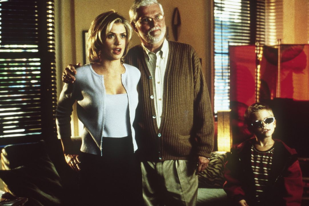 Um seine hübsche Ex-Freundin Vanessa (Kristy Swanson, l.) zu beeindrucken, bauscht Sonny seine Vaterschaft mit Julian (Dylan Sprouse/Cole Sprouse,... - Bildquelle: Columbia TriStar