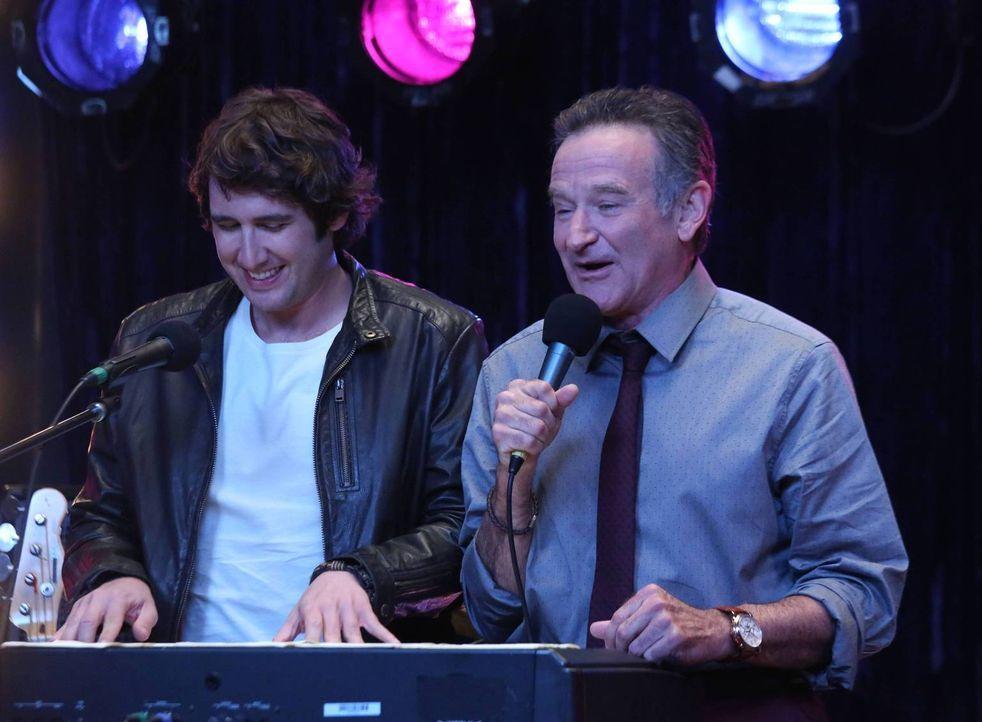 Während Josh (Josh Groban, l.) einen Song über Sydney schreibt, hat Simon (Robin Williams, r.) Probleme, einen neuen Auftrag umzusetzen ... - Bildquelle: 2013 Twentieth Century Fox Film Corporation. All rights reserved.