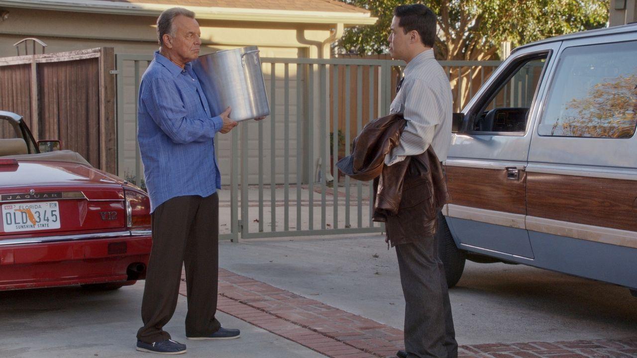 Louis (Randall Park, r.) ist überrascht, als er Marvin (Ray Wise, l.) mit einem großen Topf auf der Straße antrifft. Will er etwa auch am großen Nor... - Bildquelle: 2015-2016 American Broadcasting Companies. All rights reserved.