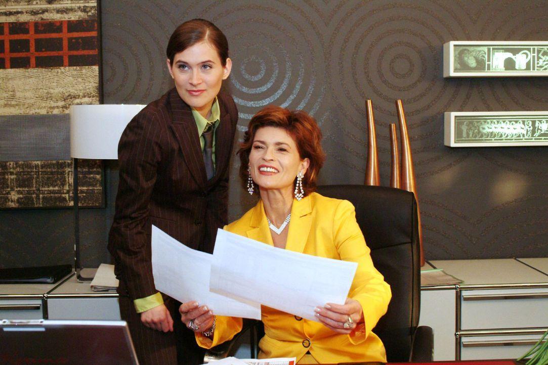 Zufrieden gibt Sophie das OK, Kerima-Aktien zu kaufen. v.l.n.r.: Angelina Martens (Nora Düding), Sophie (Gabrielle Scharnitzky) - Bildquelle: Monika Schürle Sat.1