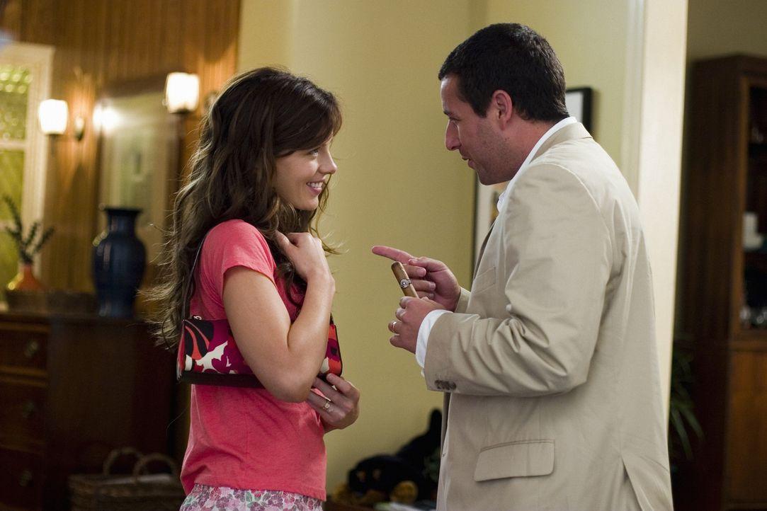 Michael Newman (Adam Sandler, r.) hat eine liebevolle Frau (Kate Beckinsale, l.). Durch die magische Fernbedienung macht er viele Punkte bei ihr ... - Bildquelle: Sony Pictures Television International. All Rights Reserved.