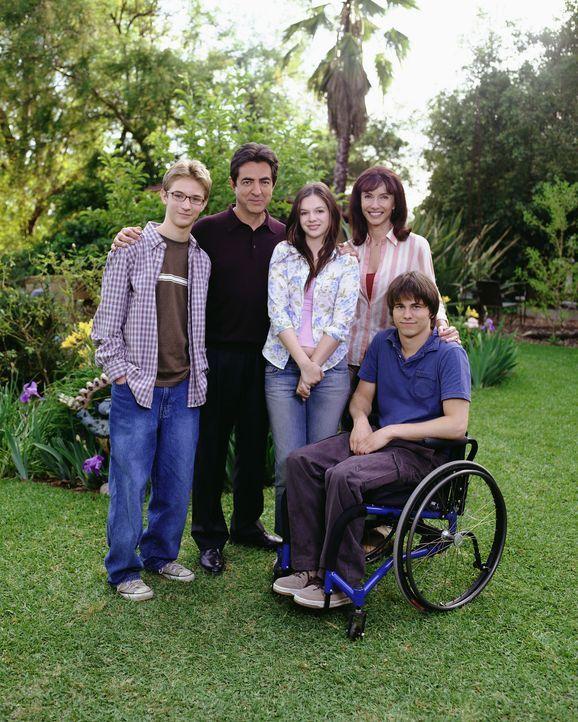 (1. Staffel) - Joan Girardi (Amber Tamblyn, M.) und ihre Familie (v.l.n.r.: Joe Mantegna, 2.v.l., Mary Steenburgen, 2.v.r., Michael Welch, l. und Ja... - Bildquelle: Sony Pictures Television