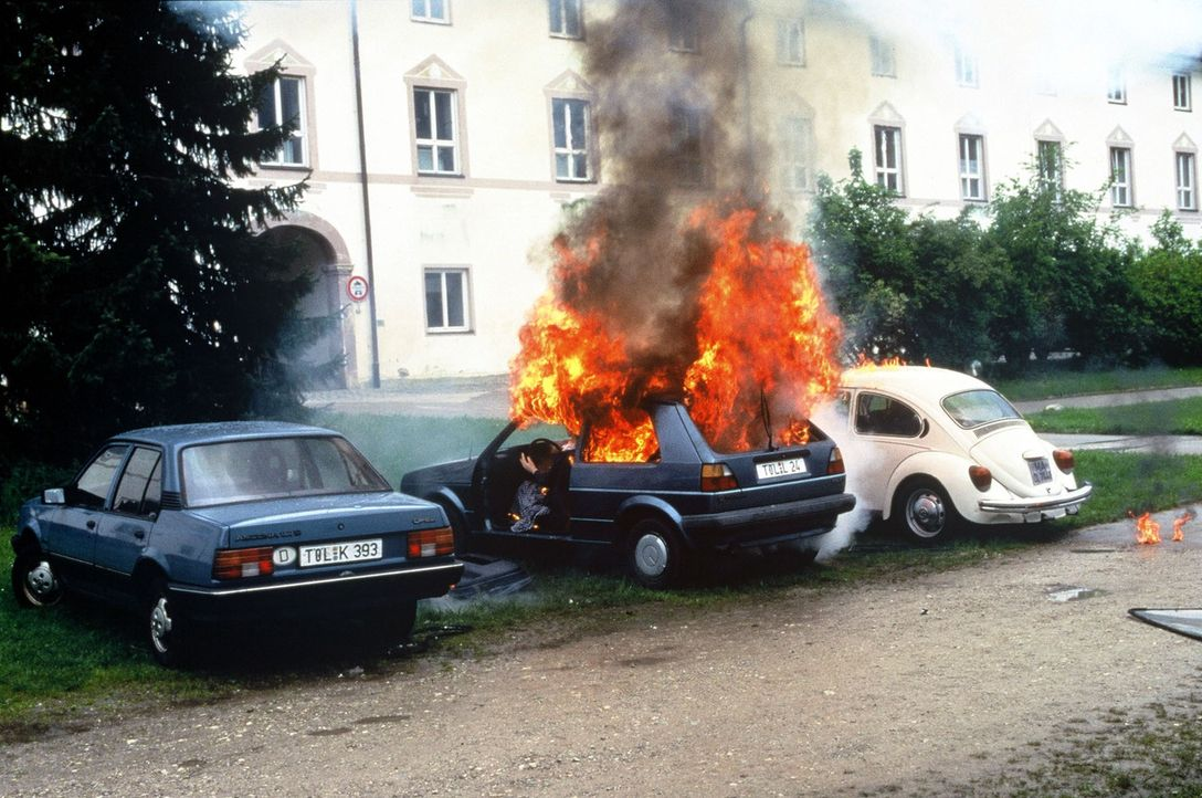 Bombenanschlag auf dem Parkplatz des Tölzer Finanzamtes. Als die Beamtin Gisela Rose in ihren Wagen steigt, geht die Autobombe hoch. - Bildquelle: Magdalena Mate Sat.1